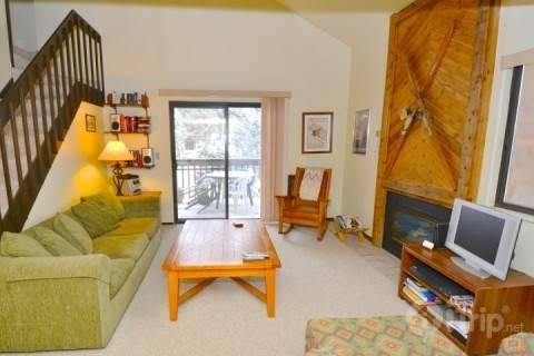 Living room with gas fireplace, TV, stereo and outdoor deck/patio. - Red Pine Bugle Ridge - Park City - rentals
