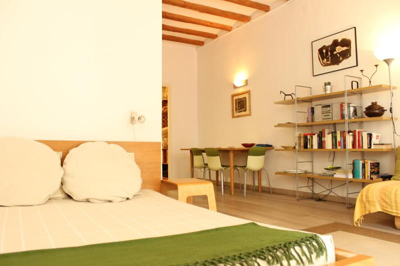 Double Bed and Dining Area - Cosy studio flat in Old Town, Barcelona - Barcelona - rentals