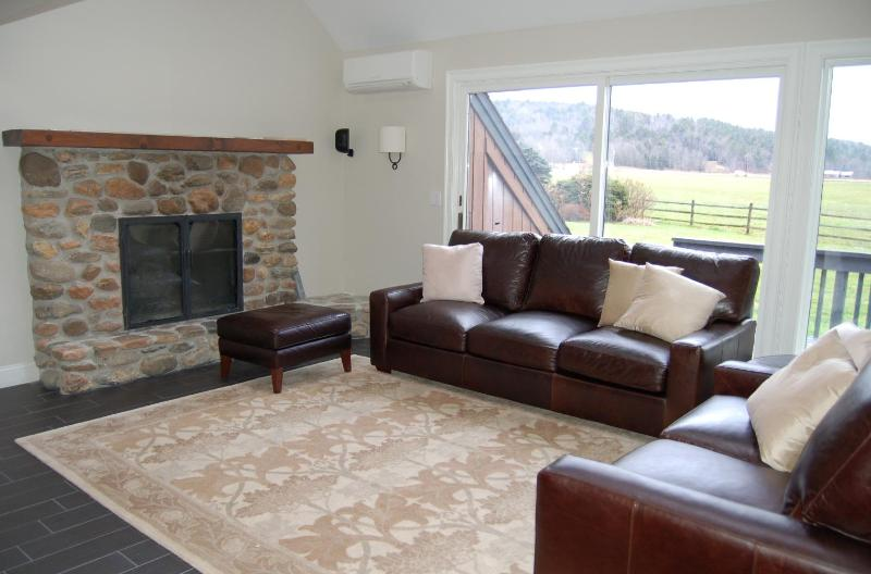 FAMILY ROOM WITH FIREPLACE AND PLASMA TV HAS MOUNTAIN VIEWS - Stowe VT LUX MountainView Retreat - RENOVATED - Stowe - rentals