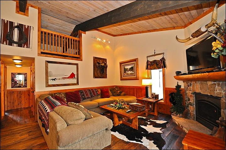 Main Living area with gas fireplace - Ski-in Unit - Walk to restaurants and shops in Base Village (2510) - Snowmass Village - rentals