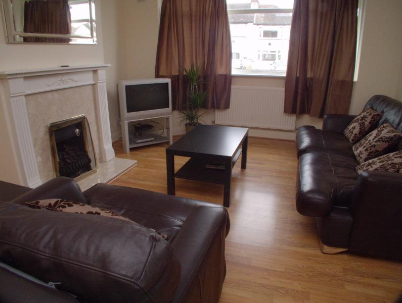 3 Bedroom House in Sutton, London Sleeps 8 - Image 1 - Sutton - rentals
