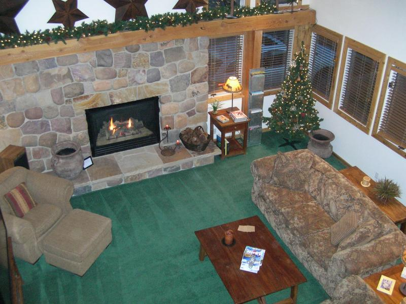 Plenty of space and comfort by the huge stone fireplace! - 4 bed 4 bath Cottonwood Luxurious & FUN! Hot tub - Salt Lake City - rentals