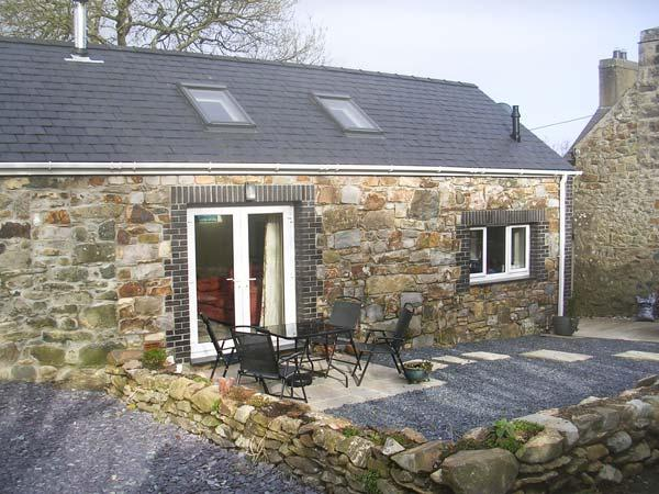 TREFAES NEWYDD, pet-friendly character cottage, pasture, woodburner, ideal for coast, Sarn Ref 14905 - Image 1 - Sarn Meyllteyrn - rentals