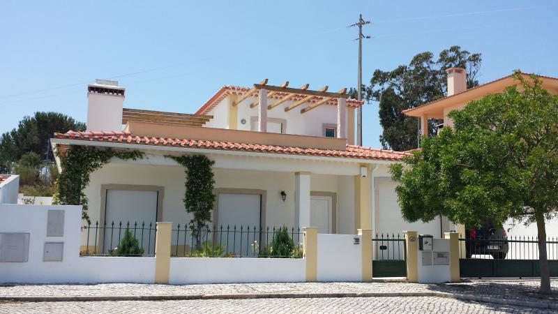Front of the house - Obidos Area-  Modern Villa Private Pool Sleeps 8 - Obidos - rentals