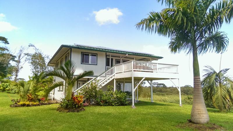 Gentle, easy-going living on 5 acres. The 1BR/1BA rental is upstairs; first floor is storage. - Charming off-grid house with ocean view - Pahoa - rentals