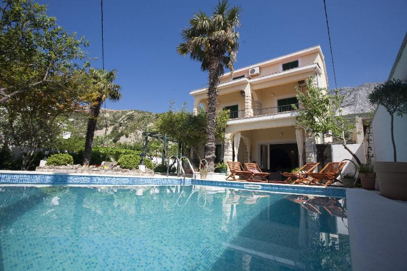 We have a headed Pool - Villa  with headed  Pool  only 20m from the sea - Duce - rentals