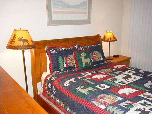 Queen Bed in the Master Bedroom - Charming Mountain Retreat - Great Choice for Budget-Minded Groups (1293) - Crested Butte - rentals