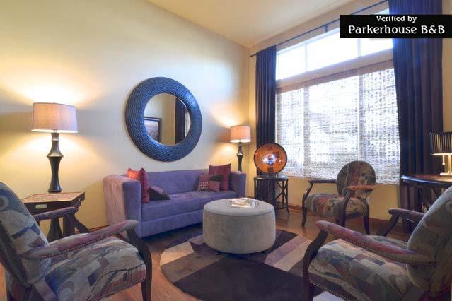 Sitting Room, great for chatting, reading, playing games, or just kicking back. - Parkerhouse. Luxury on a Budget-Modern B&B. - Seattle - rentals