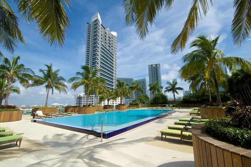 Gorgeous outdoor pool - Amazing 2BR Apartment in Brickell! - Miami - rentals