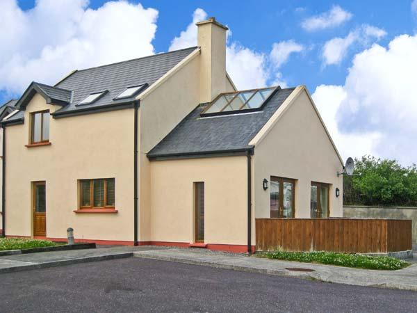 1 SNEEM HOLIDAY VILLAGE, detached cottage, en-suite bedrooms, decked area, on Ring of Kerry, in Sneem Ref 21290 - Image 1 - Sneem - rentals