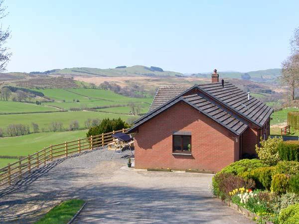 VRONGOCH COTTAGE, pet-friendly, hot tub, gym, country views, woodburner Llanbister Ref 22074 - Image 1 - Llanbister - rentals