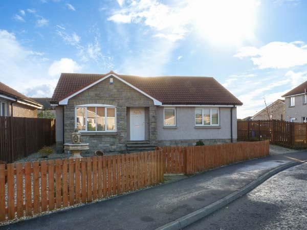 11 PENTLAND PARK, detached cottage, lawned garden, 3 miles from coast in Kennoway, Ref 10819 - Image 1 - Leven - rentals