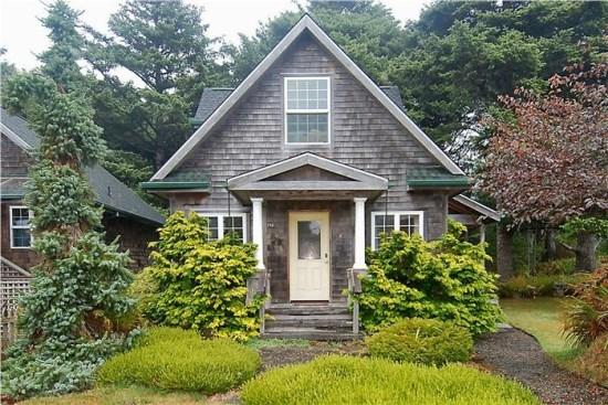 Bunbury is a classic Cannon Beach cottage in Tolovana are with 2 bedrooms 2 bath Sleeps 6 - 61672 - Image 1 - Cannon Beach - rentals