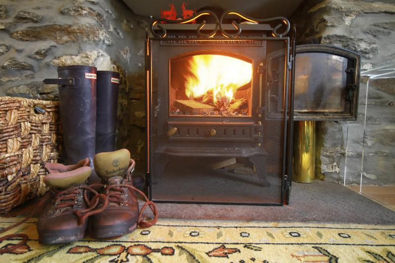 The roaring fire - Milton Cottage: 3 bedrooms and quaint garden - Keith - rentals