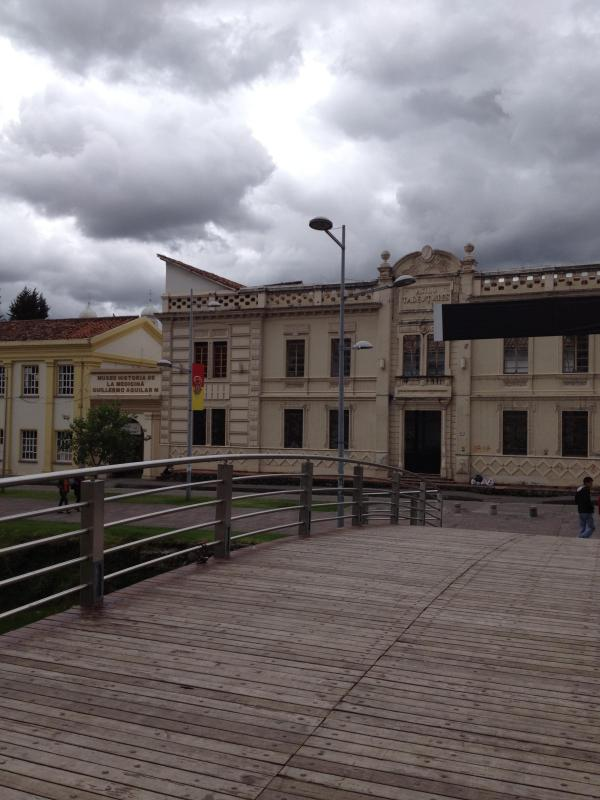 The front of the building standing on the bridge - BEST LOCATION 2/1 BEST LOCATION/ CLEAN/REMODELED - Cuenca - rentals