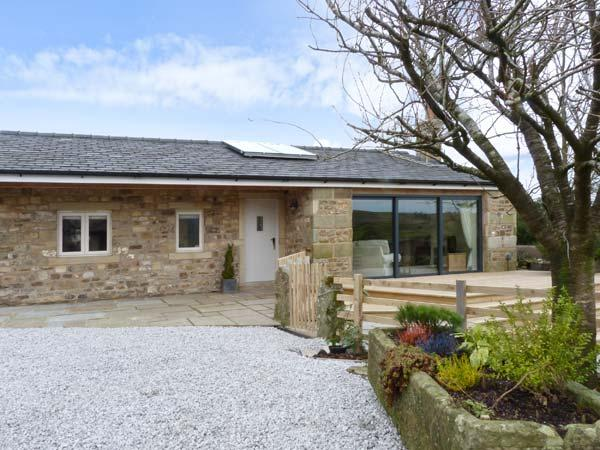 STONE MOUSE COTTAGE, single-storey, king-size beds, woodburning stove in Bolton-by-Bowland, Ref 22787 - Image 1 - Clitheroe - rentals