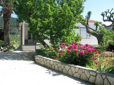 Attractive holiday house for 7 persons near the beach in Rab - Image 1 - Banjol - rentals