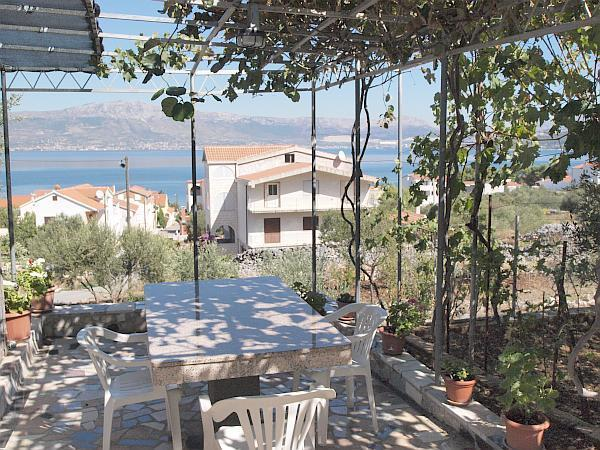 Apartment for 4 persons near the beach in Trogir - Image 1 - Slatine - rentals