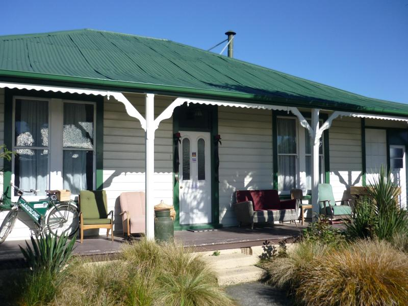 The sunny front verandah over looking the native garden and Mt Hutt in the background - Pinedale Lodge - Methven - rentals