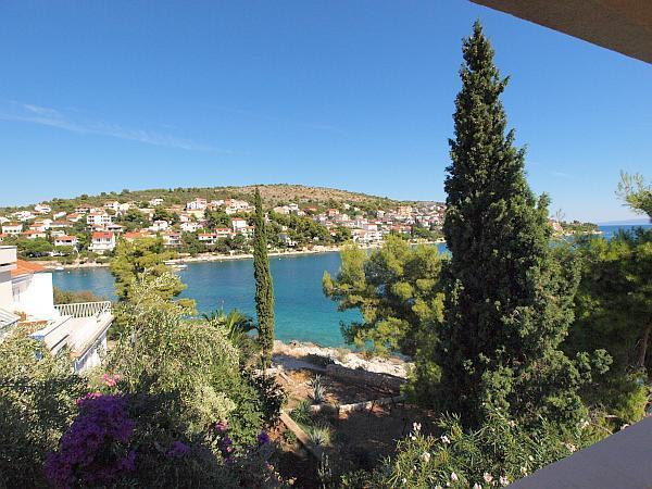 Attractive apartment for 6 persons near the beach in Trogir - Image 1 - Okrug Gornji - rentals