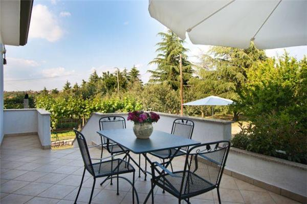 Attractive apartment for 5 persons near the beach in Porec - Image 1 - Porec - rentals