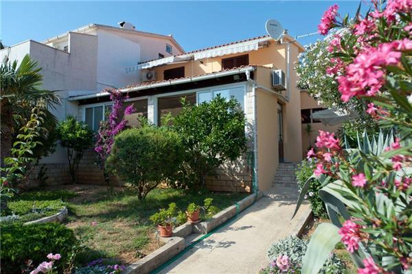 Attractive apartment for 4 persons near the beach in Pag - Image 1 - Novalja - rentals