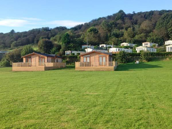 KINGSLEY, hot tub, off road parking, shared lawns, in Scarborough, Ref 23234 - Image 1 - Scarborough - rentals