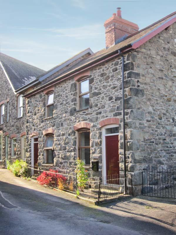 TY KILMORE, pet-friendly, multi-fuel stove, enclosed courtyard, in Cemmaes, Ref 20882 - Image 1 - Machynlleth - rentals