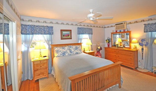 3bd Cape Cod Hyannis vacation rental w/ beach pass - Image 1 - Hyannis - rentals