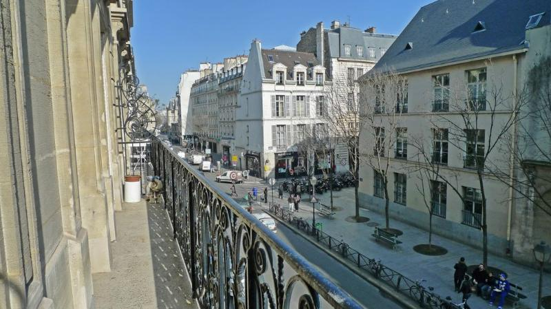 The balcony all along the apartment Rue des Archives is amongst the oldest and most historic residential districts. - 921 One bedroom Balcony  Paris Le Marais district - Paris - rentals