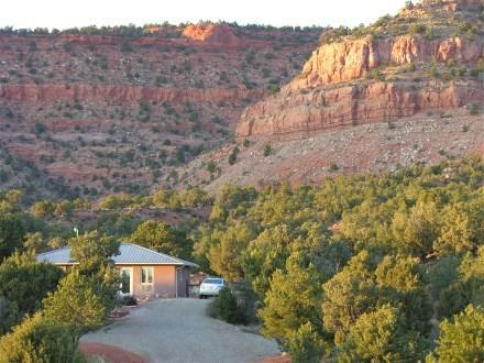 Nestled up against the cliffs - Red Cliff Retreat...close to Zion, Bryce, and more - Kanab - rentals