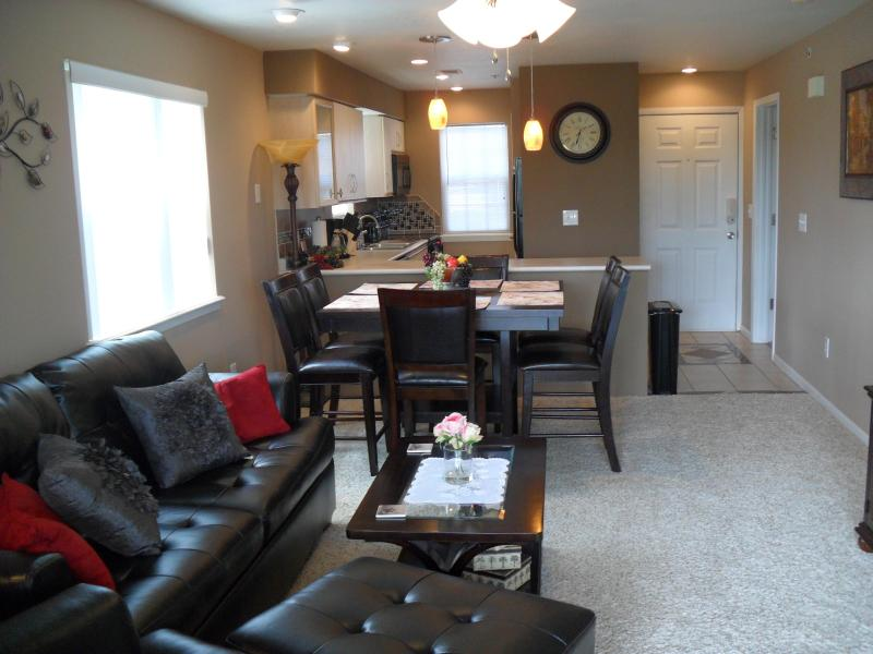 Newly Remodeled and Fully Furnished Condo that sleeps six. WiFi Internet, Cable, 3 Flat Screen TV's. - Gorgeous Remodeled Condo at Holiday Hills Resort - Branson - rentals