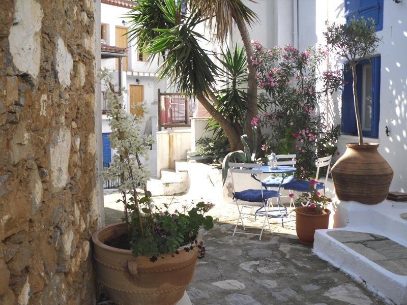 Courtyard entrance with patio - Cypress House in Skopelos - Sporades - rentals