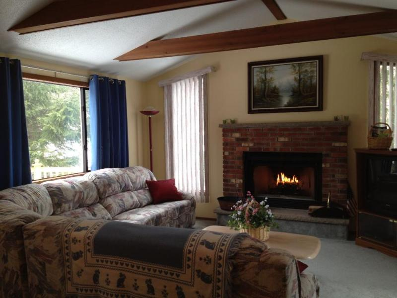 Living Room with fireplace - Pocono Mountains Getaway - - Tobyhanna - rentals