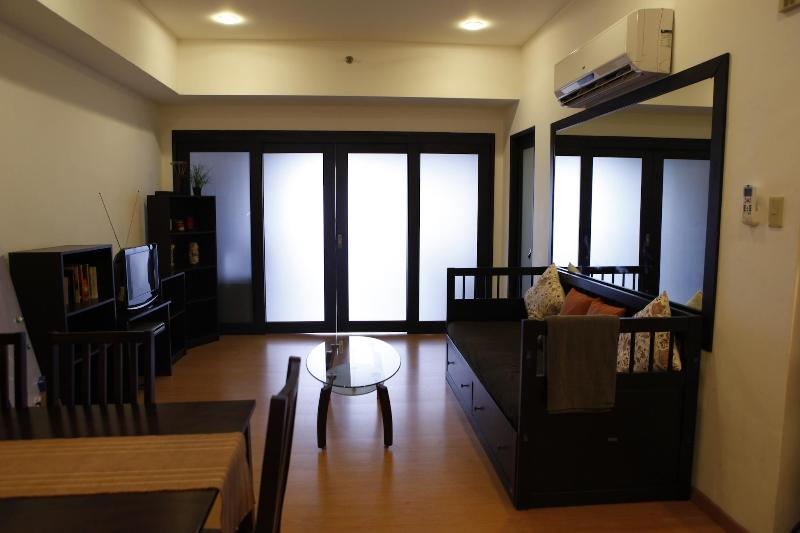 living room with day bed - Elizabeth Place Salcedo Condo with WIFI & CABLE TV - Makati - rentals