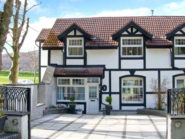 MOUNTAIN VIEW, woodburner, fantastic views, off road parking in Conwy, ref 22625 - Image 1 - Conwy - rentals
