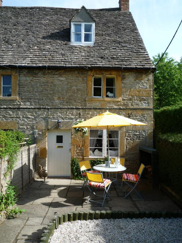 Gleed Cottage in the sunshine - Quintessential Cotswold Cottage - Gloucestershire - rentals