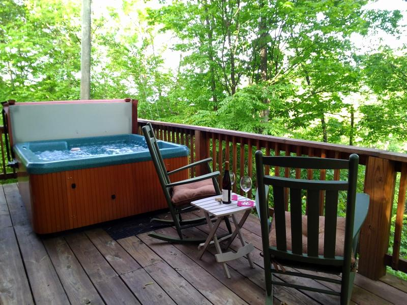 Summer in Maggie Valley in this 2/2 sleeps 6 Hot Tub($50 fee).Close to activities & Fire pit.VIEWS! - 2/2 Log Cabin close to MVCC !! Relax & Rejuvenate! - Maggie Valley - rentals