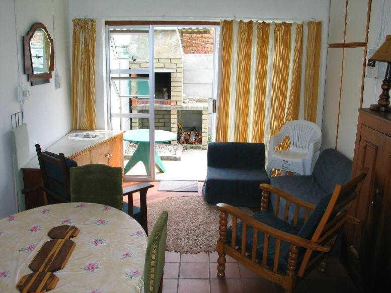 Living area to outside fire place - BIETOU-Self Catering Holliday Accommodation - L'Agulhas - rentals