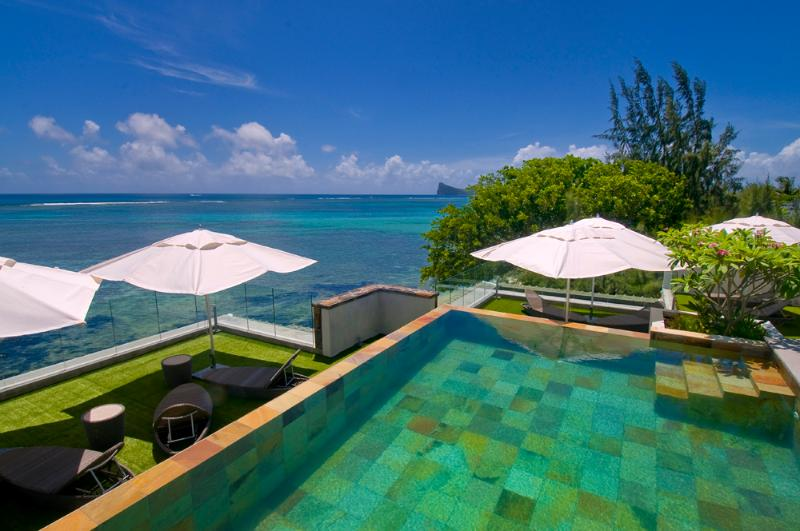 Fabulous roof-top pool. - Amaranth 1, ultra-smart,  beach-front. fabulous roof-top pool. - Cap Malheureux - rentals
