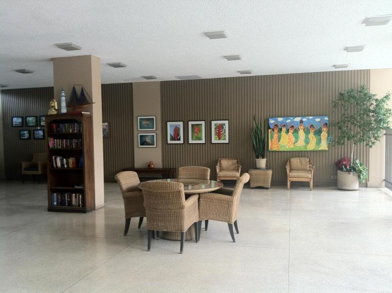 Lobby area of building - Lovely 1 bed/1bath Condo - steps to the beach ! - Honolulu - rentals