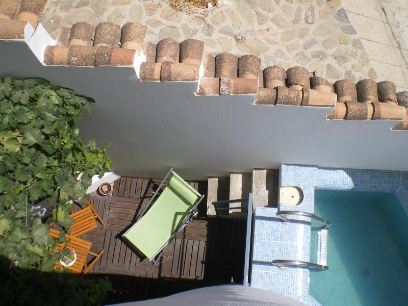 The pool is small (1'40x1'90x90) but perfect for cooling in summer - Beautiful and traditional house with wifi. Granada - Albunuelas - rentals