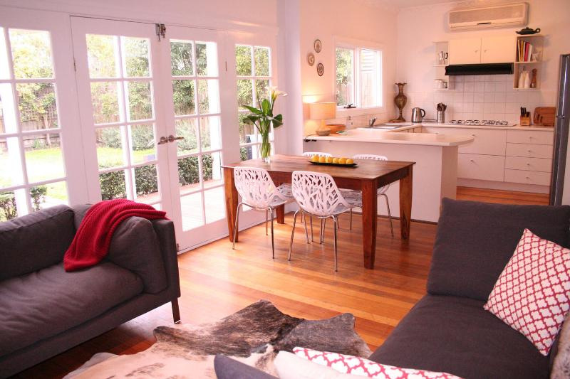 Lightfilled living room - Bellevue on the Park - Melbourne - rentals