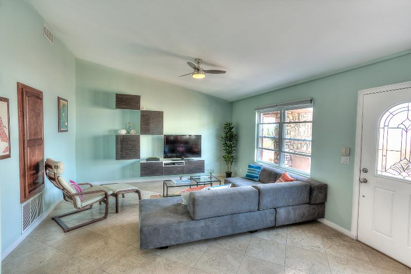 Living Room - Modern 2BR w/ pool, hottub, view, beach access! - Oceanside - rentals