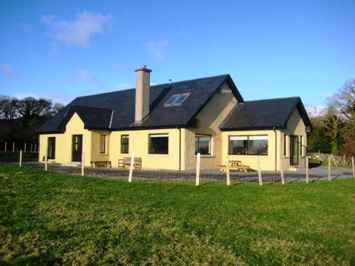Aunty Bo's - Beautiful spacious home, close to town, pet friendly & views of Ardbear bay - Image 1 - Clifden - rentals