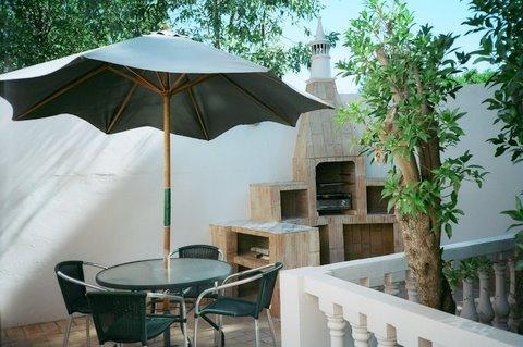 BBQ and out door dining area - Detached two bedroom garden cottage and villa apartment plus two bedrooms with large private swimming family size pool - Portugal - rentals