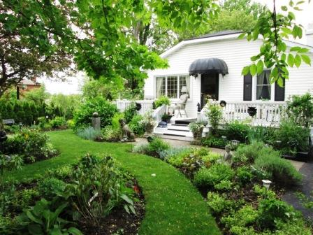 Alnwick cottage overlooks the rear garden - Quaint and Comfortable Alnwick Cottage - Niagara-on-the-Lake - rentals