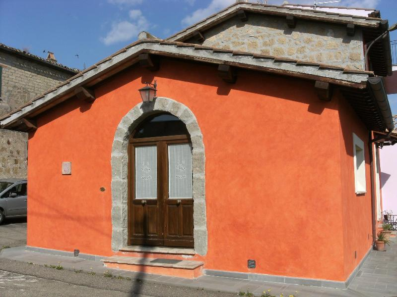 Red House - Main entrance - RED HOUSE in CASTEL CELLESI  (BAGNOREGIO - VITERBO) - Viterbo - rentals