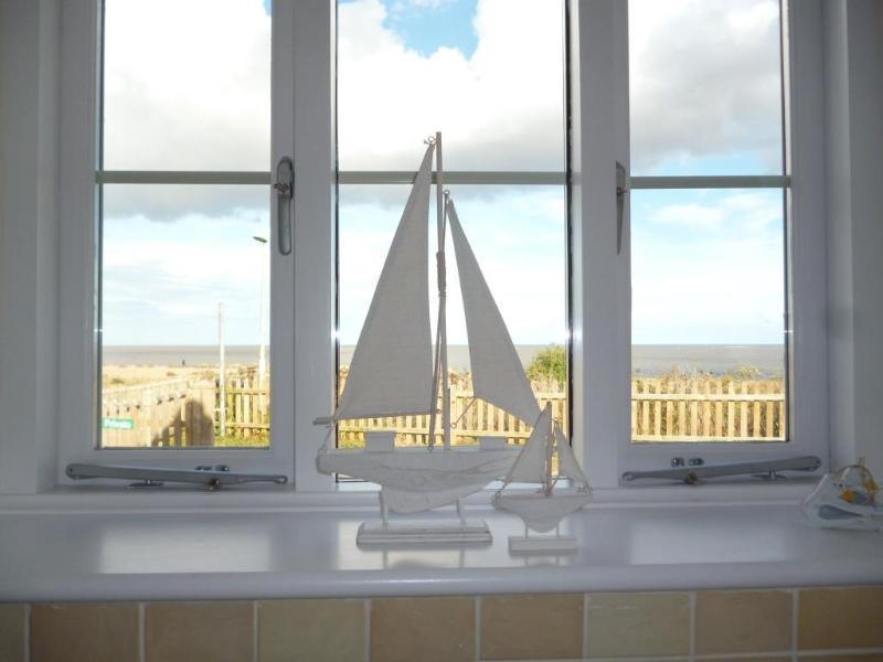 View through the kitchen window - Stunning cliff top location- Suffolk Sunrise Coast - Lowestoft - rentals
