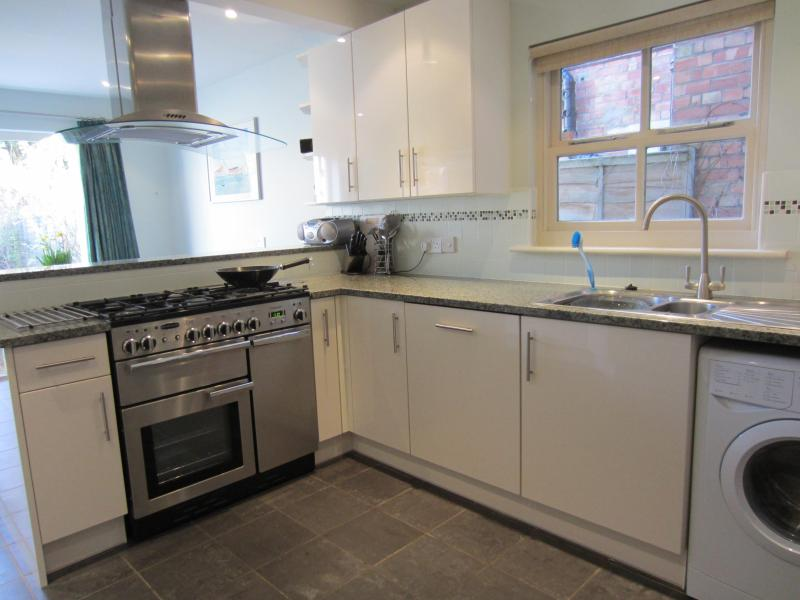 Fully equipped modern kitchen with range cooker and dining area - Sunny home with garden . Great central location. - Oxford - rentals
